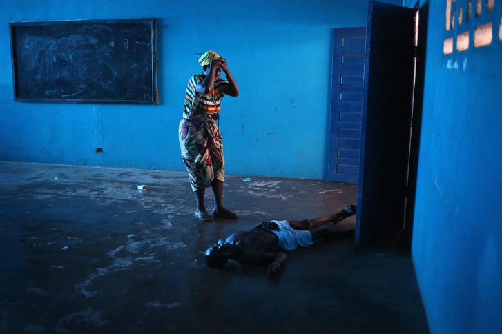 Az ebola egyik áldozatát gyászolja egy hozzátartozója Monroviában, 2014-ben