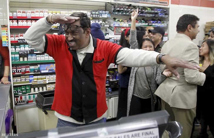 A kaliforniai Chino Hills 7-eleven boltja Los Angeles külvárosában. M. Faroqui az üzelet egyik dolgozója örül a milliós nyereménynek 2016. janur 13-án.