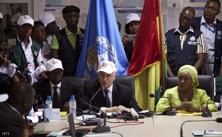 Mohamed Belhocine az Egészségügyi Világszervezet képviselője sajtótájékoztatót tart Guinea fővárosában Conakryban 2015. december 29-én ahol bejelentette hogy Guinea mentessé vált az Ebolától.