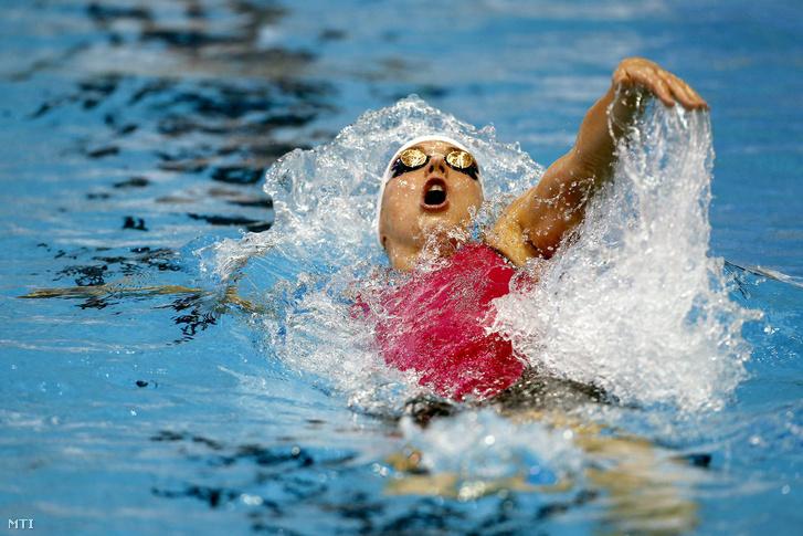 Hosszú Katinka a netánjai rövidpályás úszó Európa-bajnokság női 200 méteres hátúszásának döntőjében.