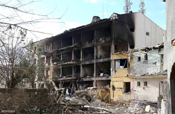 A robbantás után kiégett épület Cinarban