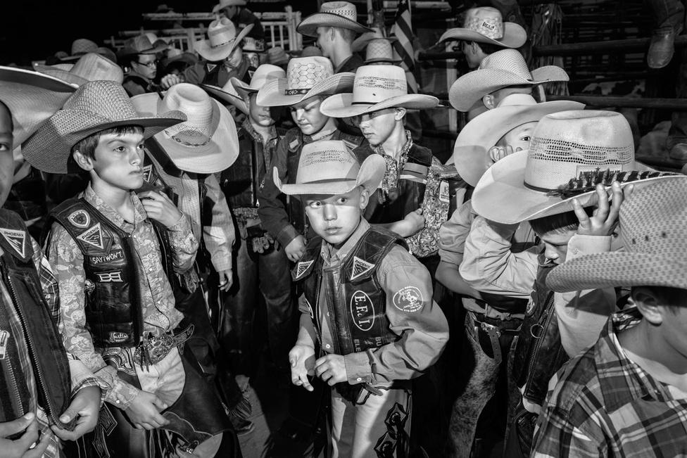 """Bajnokok táborának hívják a tábort, ahol felkészítik a gyerekeket erre a versenyre. Egy bizonyos Andy Taylor, rodeósból lett prédikátor alapította. A táborban keresztény rockot hallgatnak és sokat imádkoznak, az arénában elkel az isteni védelem. Az újságíró végighallgatta, ahogy az egyik felkészítő lelkesítő beszédet tartott a nyolcéveseknek: """"Nem a pénzért csináljuk. Azért csináljuk, mert amikor életünkben először felültünk egy bikára, amikor először ledobtak, a földre estünk, és felálltunk, akkor tudtuk, hogy erre rendeltettünk. Istennek terve van mindannyiótokkal. Amit megtanultok rodeó közben, azt alkalmazni tudjátok majd a mindennapi életetekben. Amikor az élet vihart küld rátok, hátradőlhettek, és hagyhatjátok, hogy lökjön oda, ahova csak akar, vagy pedig ott lehet a bizonyosság, hogy Isten győztesnek teremtett titeket, dicsőségre."""""""