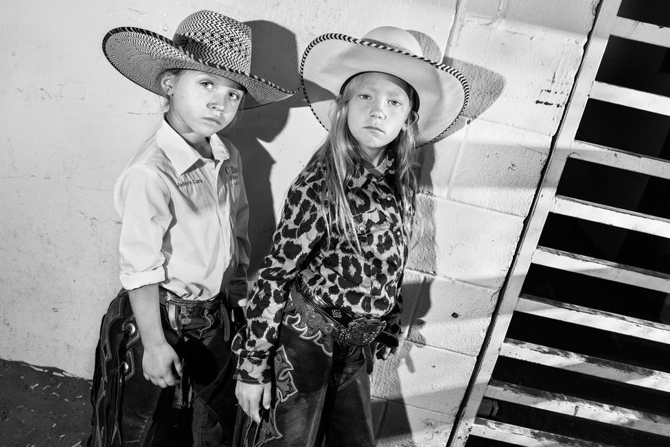 A döntőbe csupán két lány tudott bekerülni. Shayne Spain és Jadeyn Lara legjobb barátnők, a versenyek alatt barátkoztak össze. Mindketten nagyon szerettek volna az első lány lenni, aki döntőt nyer. A rodeós fiúk utálnak lányokkal szemben veszíteni. A bajnokságon Shayne végül harmadik lett.