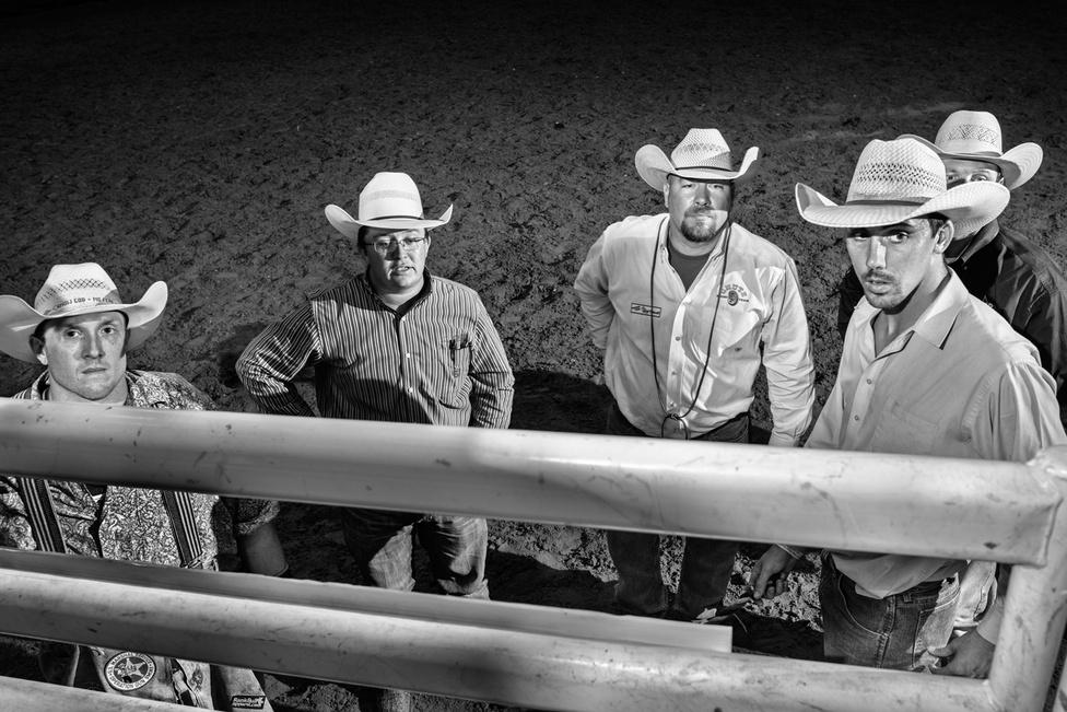A felkészítő táborban kiöregedett rodeósok mesélnek arról a gyerekeknek, hogyan törte derékba egy sérülés a karrierjüket, hogyan nem volt fogalmuk sem arról, miként kell megélni a való világban, hogyan kezdtek inni és drogozni, mielőtt az Úr szólította őket. Oklahoma nyugati részén kemény az élet. A föld rossz minőségű, a szél erős. Az emberek gyorsan öregszenek errefelé. Alacsony a minimálbér, sok a kamaszkori terhesség, a metamfetamin- és gyógyszerfüggő. Errefelé nem lehet a gyerekkorra biztonságos, védett burokként tekinteni, mert az nem készítene fel az életre, a vallásnak és a rodeónak több értelme van az itteniek szerint, írta a New Yorker riportere.