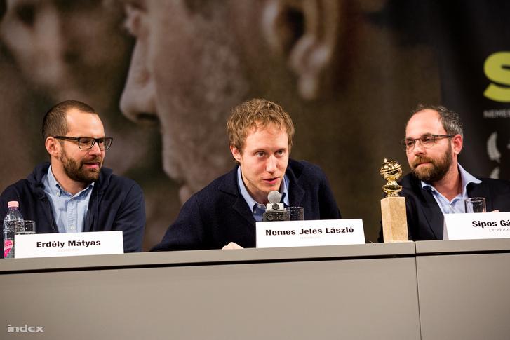 Erdély Mátyás operatőr, Nemes Jeles László rendező és Sipos Gábor producer az Uránia Nemzeti Filmszínházban tartott sajtótájékoztatón 2016. január 14-én.