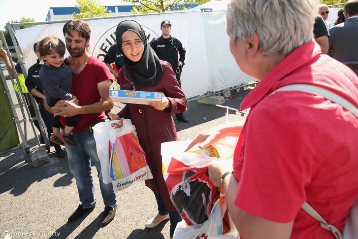 Játékokat osztogat a családos menekülteknek egy német önkéntes Heidenauban