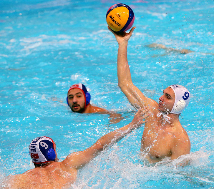 Varga Dániel és a török Ali Can Yilmaz a belgrádi vízilabda Európa-bajnokság férfi D csoportjának harmadik fordulójában 2016. január 15-én. Magyarország 20-5-re győzött.