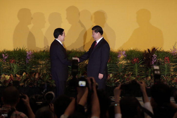 Ma Jing-csiu tajvani (b) és Hszi Csin-ping kínai elnök kezet fog Szingapúrban 2015. november 7-én.