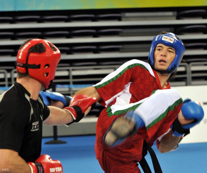 Mórádi Zsolt (j) 79 kg-ban küzd ír ellenfelével Robert McMenamey-jel a pekingi Küzdősport Világjátékokon.