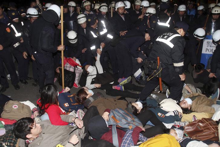 Tajvan és Kína közötti kereskedelmi egyezmény ellen tiltakozó tüntetőket távolítanak el rendőrök egy tajpeji kormányhivatalból 2014. március 24-én.
