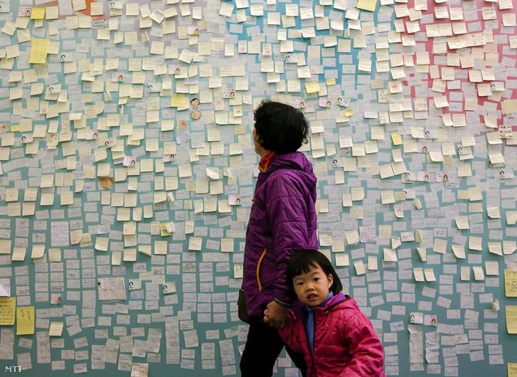Csaj Ing-vennek, a tajvani ellenzéki Demokratikus Haladás Párt (DPP) elnökjelöltjének szóló üzenetek egy kívánságfalon Tajpejben 2016. január 8-án.