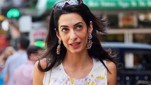 Amal Clooney nagyon aranyosan pösze