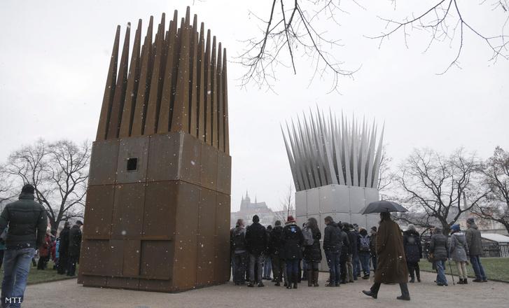 Résztvevők Jan Palach cseh egyetemista prágai emlékművének avatásán 2016. január 16-án.
