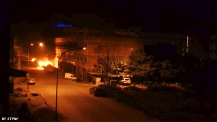 Füst és lángok a hotel előtt az éjjel