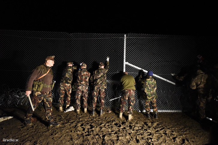 Katonák dolgoznak a horvát-magyar határon telepített kerítésnél, 2015. októberében