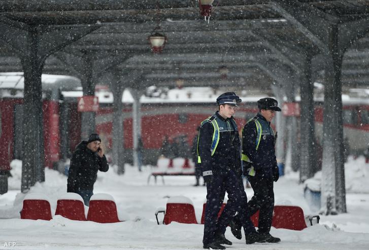 Rendőrök járőröznek a bukaresti pályaudvaron