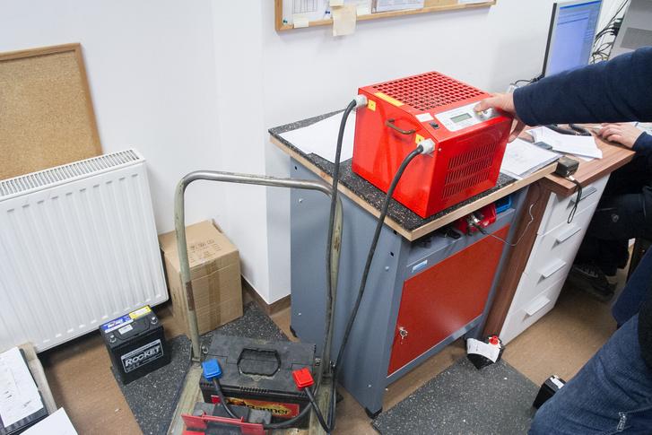 A nagy piros dobozzal úgy lehet terhelni az  akkumulátorokat, ahogy egy autóban indításnál