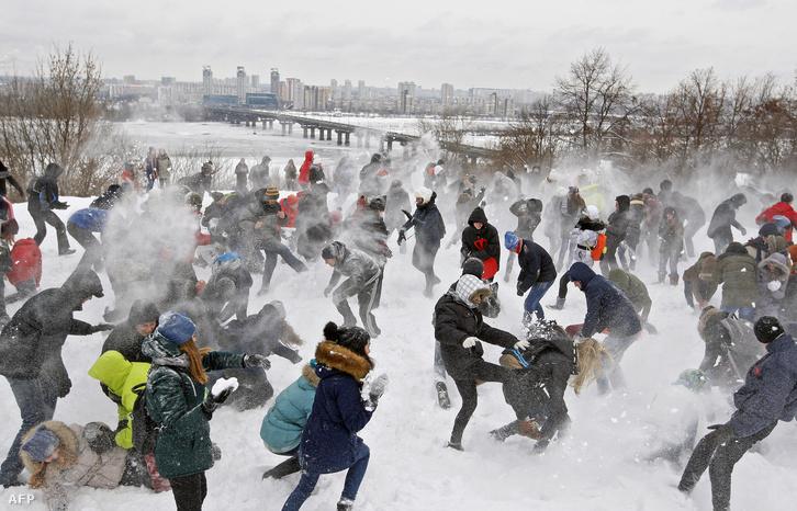 Hócsata Kijevben, ahol még a hétvégén is havazott.