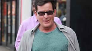 Charlie Sheen boldognak és egészségesnek néz ki