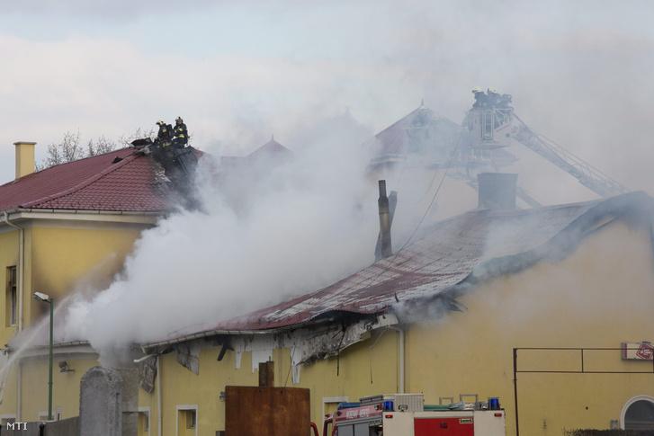 Tűzoltók dolgoznak egy négyszáz négyzetméteres raktárban keletkezett tűz oltásán Sopronban a Baross úton 2016. január 18-án.