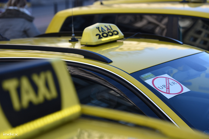 Taxisok demonstrálnak Budapesten, 2016. január 18-án.