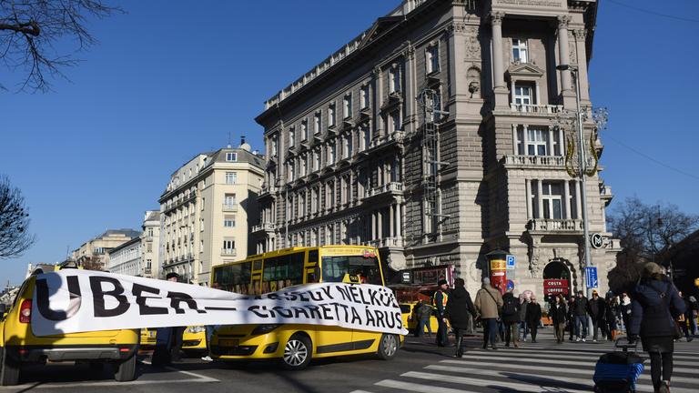 Pesten köröznek a tiltakozó taxisok
