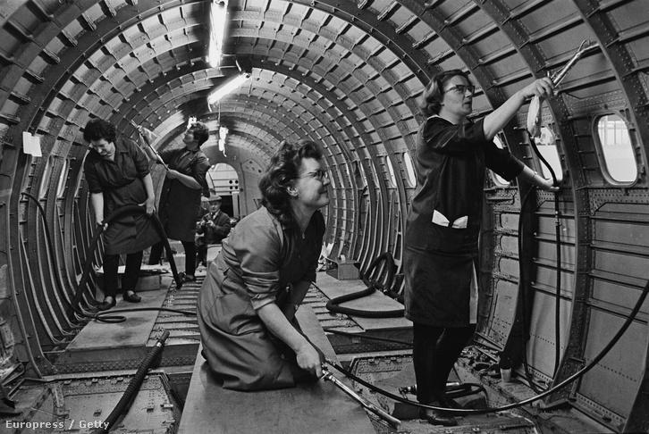 A Concorde 002 prototípusát takarítják aBritish Aircraft Corporation dolgozói, 1967. január 30. Bristol.
