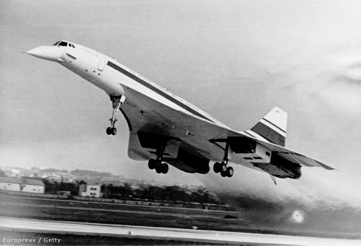 Concorde 001 felszállás közben 1969. február 2-án. A gép a Toulouse-Blagnac reptérről indult 27 perces próbarepülésre.