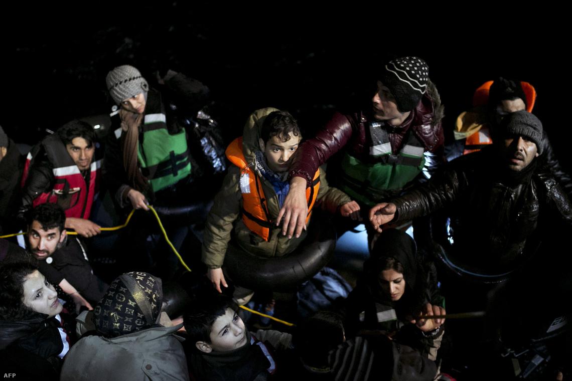 A görög parti őrség emberei egy csoport menekültet mentenek a hideg tengerből Agatoníszi szigete közelében