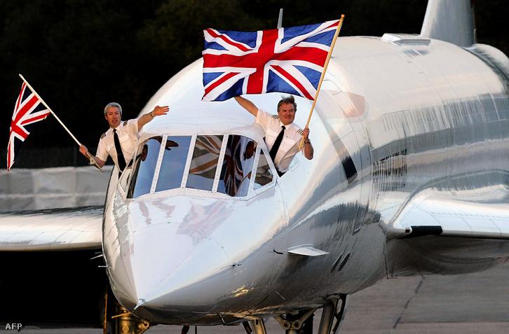 Mike Bannister és Jonatan Napier az utolsó, New York-London járat pilótái landolás után a brit zászlóval búcsúztatták a Concorde-ot a Heathrow repülőtéren, Londonban, 2003. október 24-én.