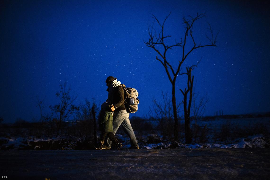 Menekültek gyalogolnak az éjszakában a macedón-szerb határon Miratovácnál