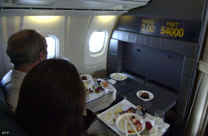 Utasok a menetrend szerinti New York-London járaton, 2003. március 2-án.