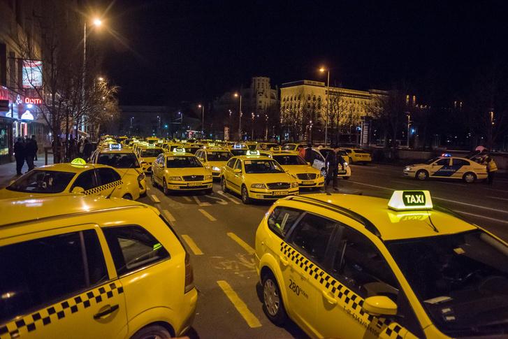 Már hajnalban elkezdődött a taxisok tiltakozó akciója a Deák térnél