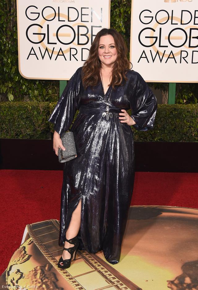 McCarthy már az általa piacra dobott estélyiben ment a 73.Golden Globe-ra. A csillogó estélyit Kimberly McDonald ékszerekkel, Gianvito Rossi cipővel és egy Jimmy Choo clutch táskával kombinálta a színésznő.