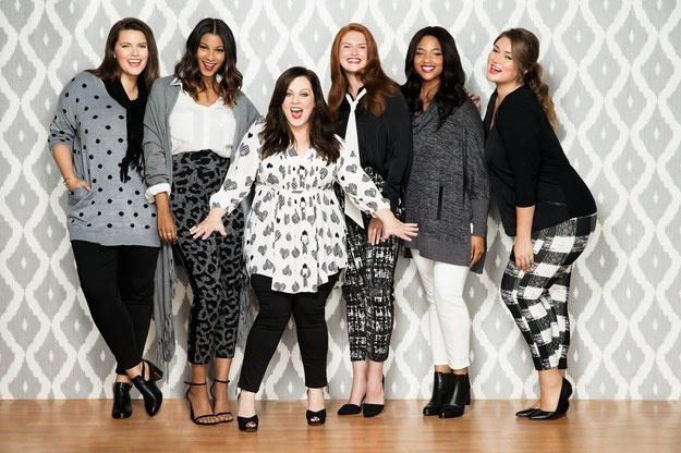 A fekete-fehér színek hívei is találnak maguknak ruhát a kollekcióban.