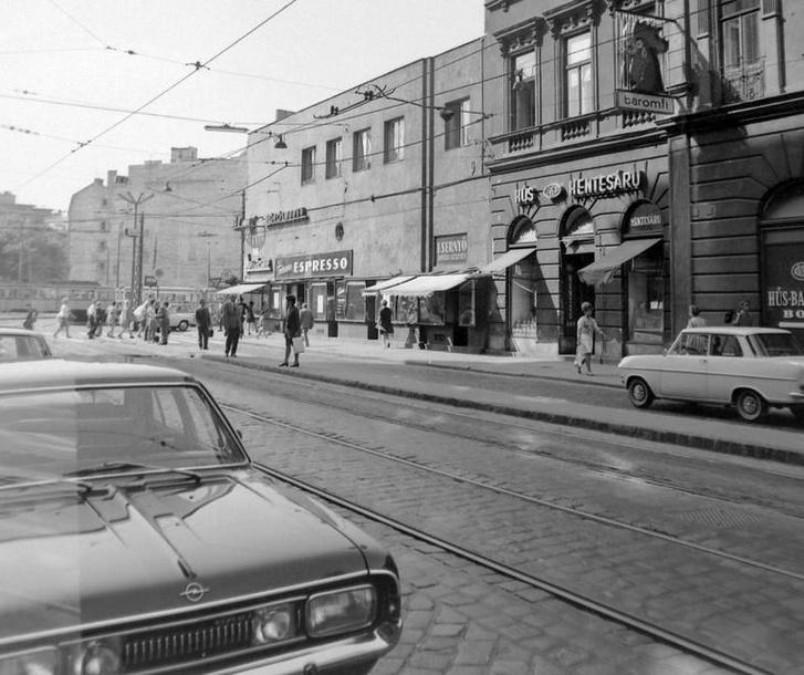 Micsoda királyság a Kálvin téren! Amott egy Opel Kadett A, emitt viszont egy szuper, hathengeres Commodore A, Charles Bronson is ilyet hajtott a híres Hideg veríték címűben