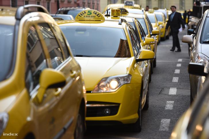 Demonstráló taxik a Bajcsy-Zsilinszky úton 2016. január 18-án.