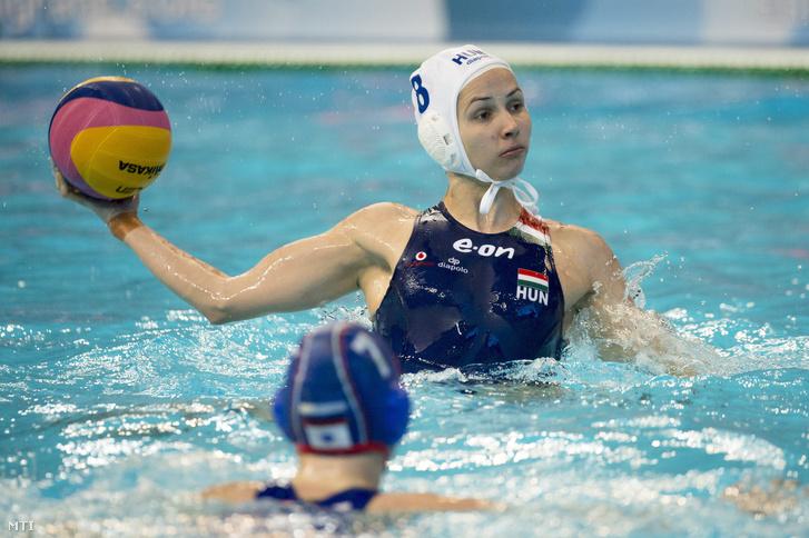 Keszthelyi Rita dob a belgrádi vízilabda Európa-bajnokság női 5. forduló A csoportjában játszott Magyarország - Oroszország mérkőzésen 2016. január 18-án.