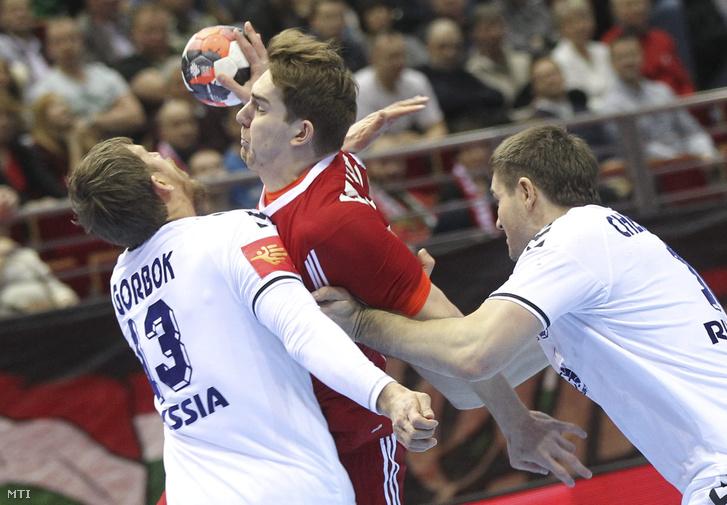 Faluvégi Rudolf valamint az orosz Szergej Gorbok és Alekszandr Csernoivanov a férfi kézilabda Európa-bajnokság D csoportjában játszott Oroszország - Magyarország mérkőzésen Gdanskban 2016. január 18-án.