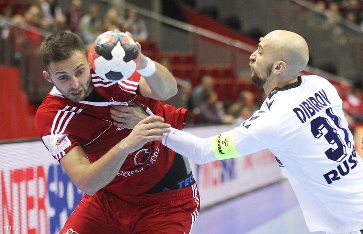 Ancsin Gábor és az orosz Timur Dibirov a férfi kézilabda Európa-bajnokság D csoportjában az Oroszország - Magyarország mérkőzésen Gdanskban 2016. január 18-án.