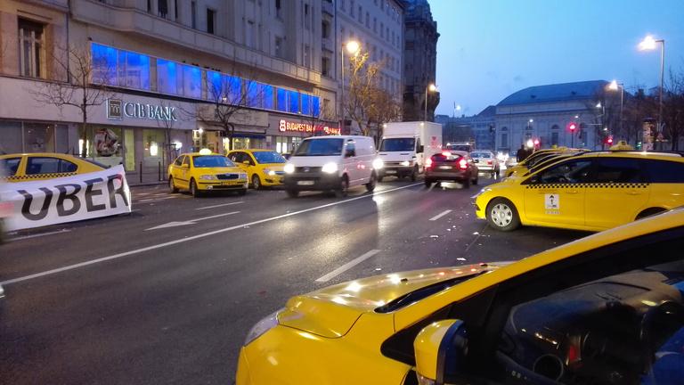 Maradnak a taxisok, a rendőrség tudomásul vette
