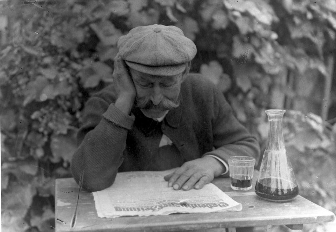 Egy soproni német az Oedenburger Zeitung című soproni napilap olvasása közben.