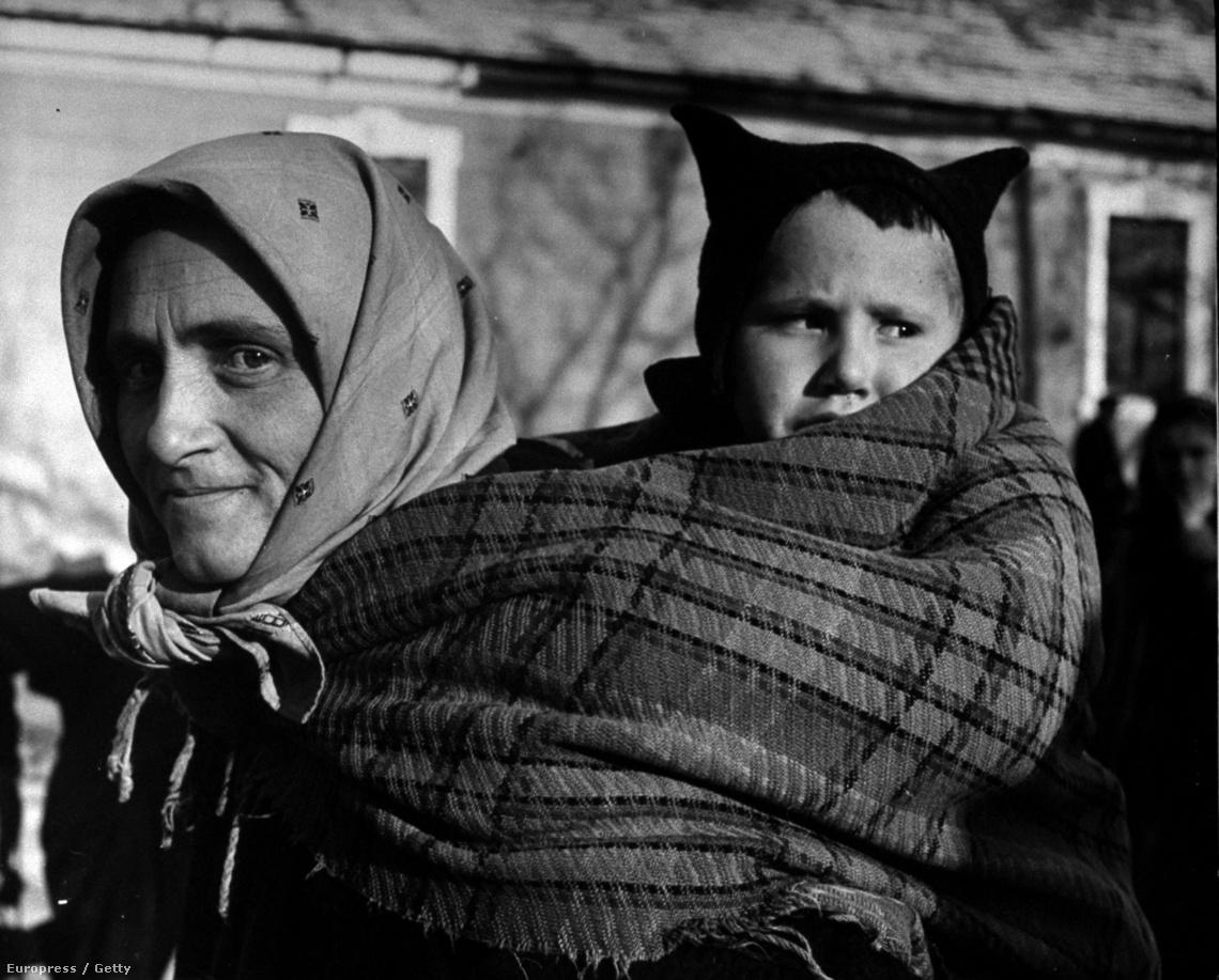 Kitelepítés előtt álló sváb család (1946)