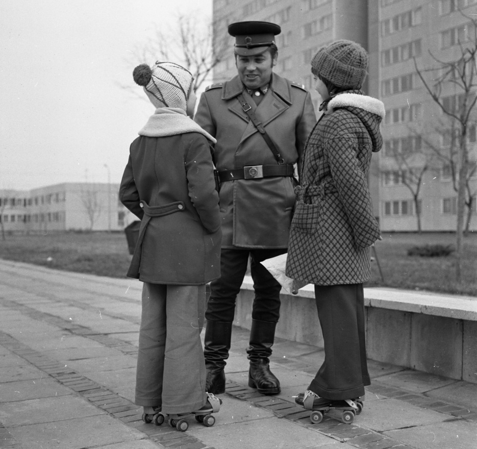 Eligazítás a lakótelepen. A görkoris közlekedésnek is vannak szabályai - tudhatták meg a lányok a járőrtől. Mi pedig addig nosztalgiázhatunk a szandálszerű görkorin, a rendőr egyenruháján, vagy a ruháikon.