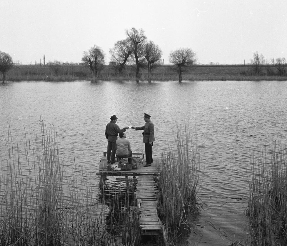 Sok vidéki riport gazdagítja gyűjteményt, a tudósítók szinte mindenütt megjelentek, ahol a rendőrség ott volt. Márpedig a Rákosi korszakban a belügy mindenütt ott volt. Még horgászni sem hagyták nyugodtan az embert.