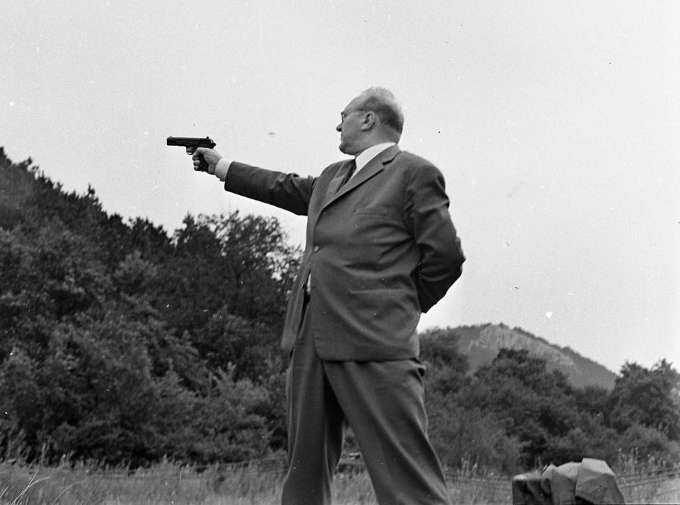 A gyűjtemény fókuszában a rendőrség belső élete áll: kiképzések, eligazítások, lövészetek, nyaralások, járőrök és helyszínelők. Ezen a fotón valószínűleg a pisztoly helyes használatát mutatja be ez a komoly, öltönyös úr egy kiképzésen.