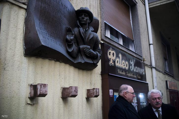 Tóth József a XIII. kerület polgármestere és Fónagy János a Nemzeti Fejlesztési Minisztérium államtitkára (j) Raoul Wallenberg emléktáblájánál Budapesten 2016. január 17-én.