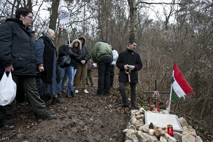 2011. február 11. Novák Előd a Jobbik alelnöke (j) koszorút készül elhelyezni az emlékhelynél. Az óbudai Jobbik tette rendbe a Csúcs-hegyen az erdőben található ismeretlen a budai Várból 1945. február 11-én kitörő magyar katona sírhelyét.