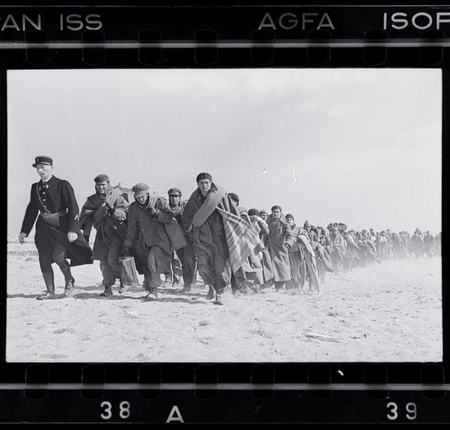 Száműzetésre ítélt köztársaságiakat terelnek le a tengerparti internálótáborba, Le Barcarès, Franciaország, 1939. március