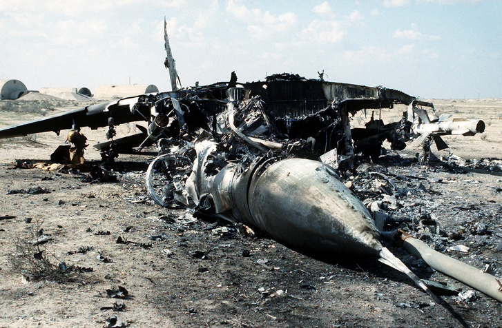 Egy, az első öbölháborúban a szövetségesek által felrobbantott iraki gépek közül. Ez itt épp egy MiG-29-es